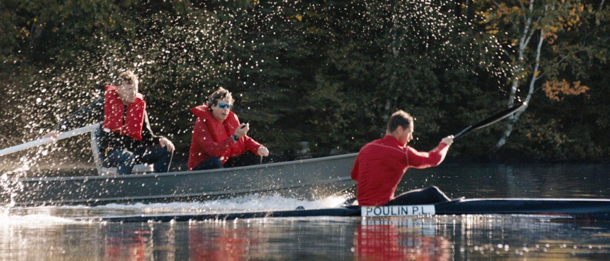 Un kayakiste qui s'entraîne avec son entraîneur