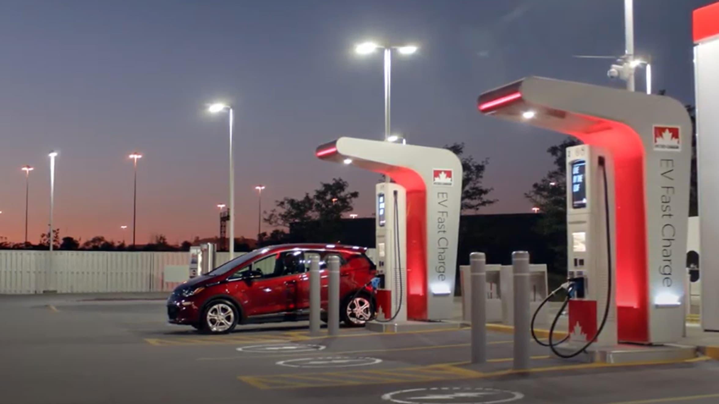 Une voiture à une borne de recharge rapide de Petro-Canada.