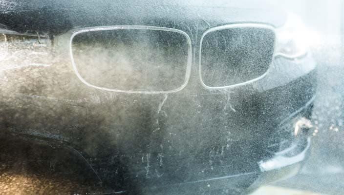 Une BMW à l'étape du rinçage dans un lave-auto Petro-Canada.