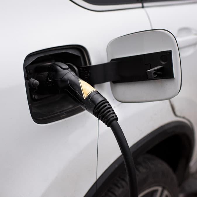 Une voiture électrique en recharge.