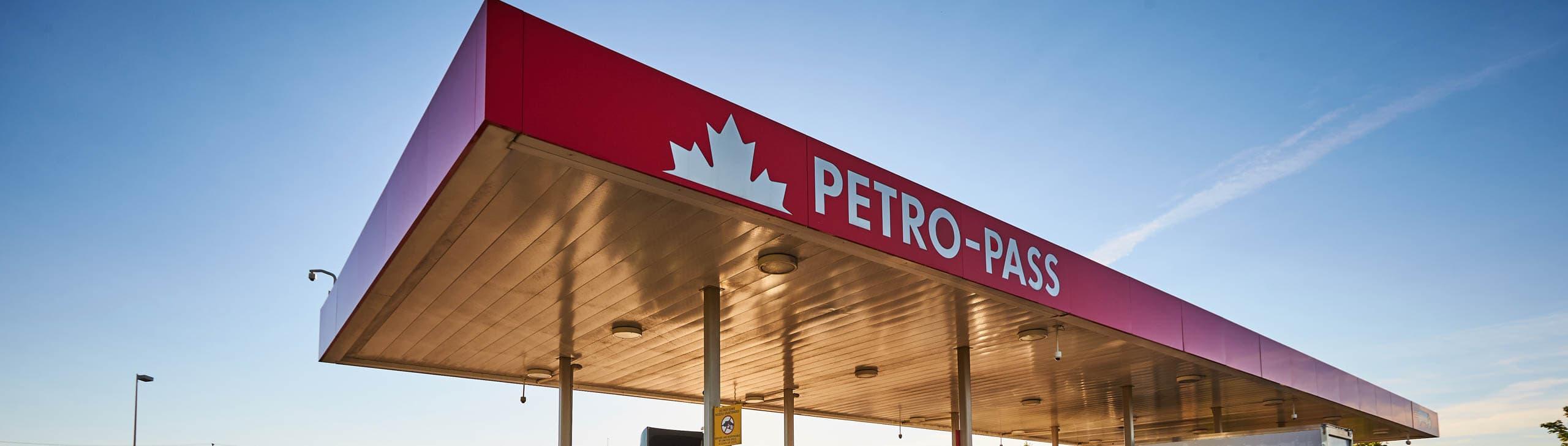 La marquise d'un relais routier avec carte-accès Petro-Pass au crépuscule.