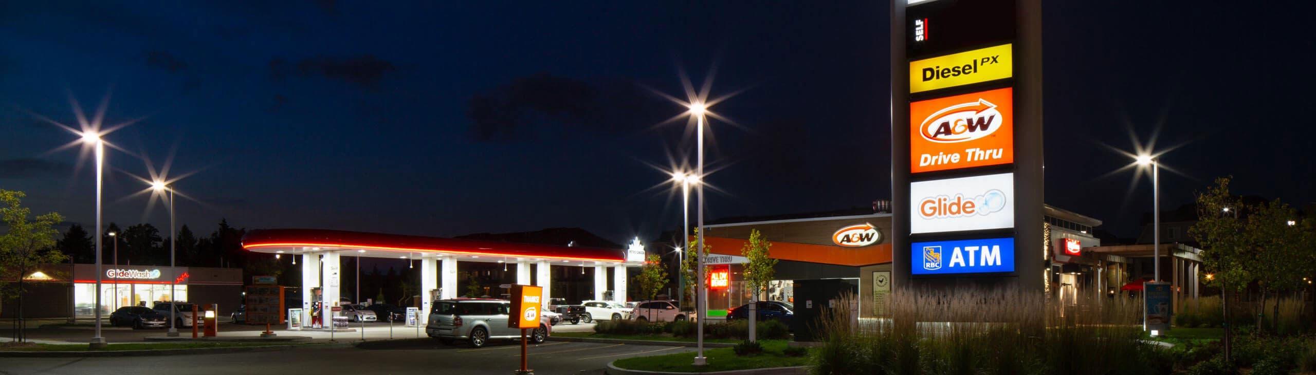 Une station-service Petro-Canada le soir.