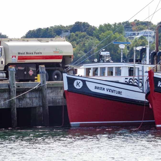 Un camion Petro-Canada qui ravitaille un navire.